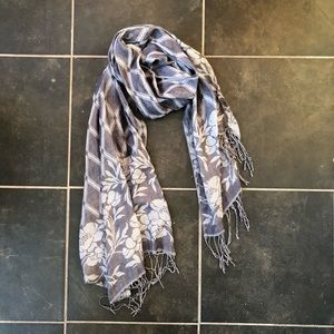 ✨Reversible gray patterned scarf with fringe
